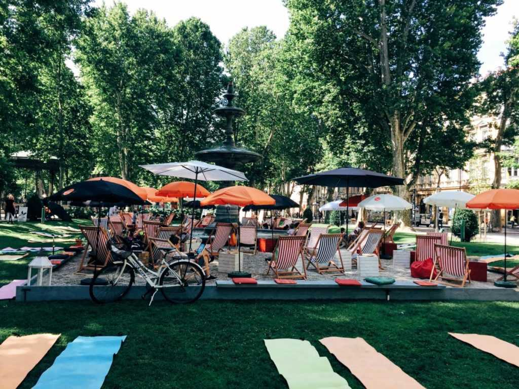 Pop-up beach bar in the city