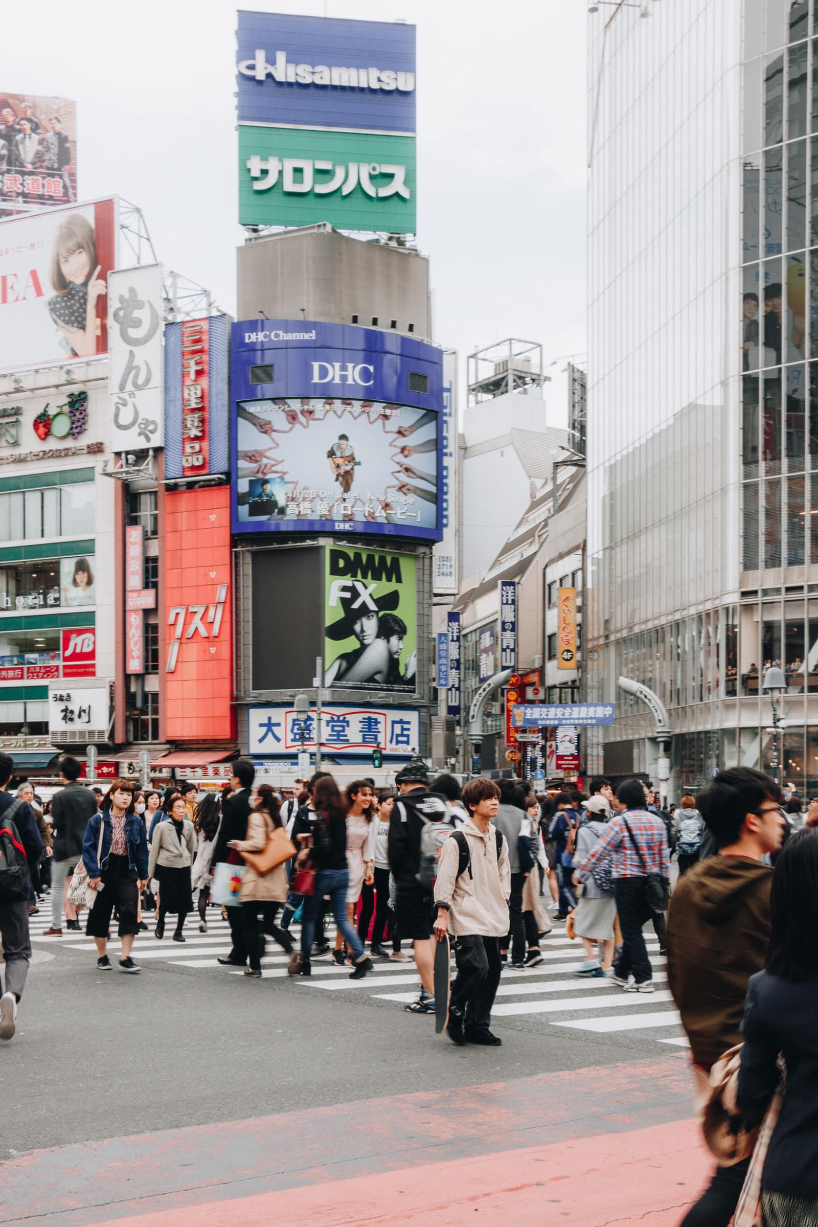 Mann mitten auf Kreuzung in Shibuya Tokio