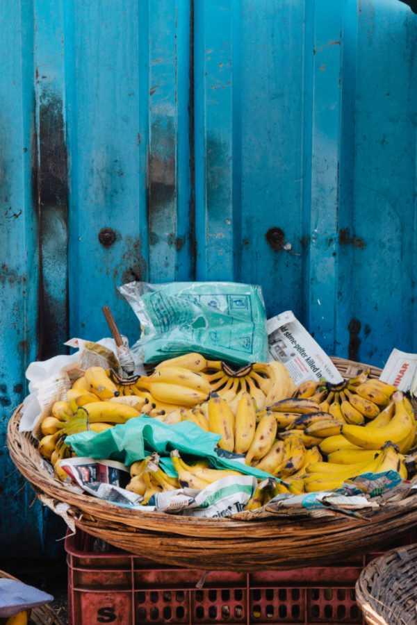 bananen im korb vor blauer wand
