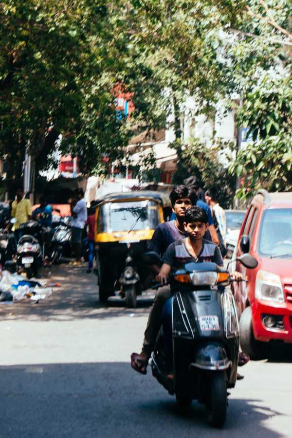 fahrt mit dem motorroller durch mumbai indien