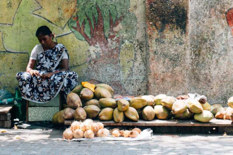 frau verkauft obst auf der straße mumbai indien