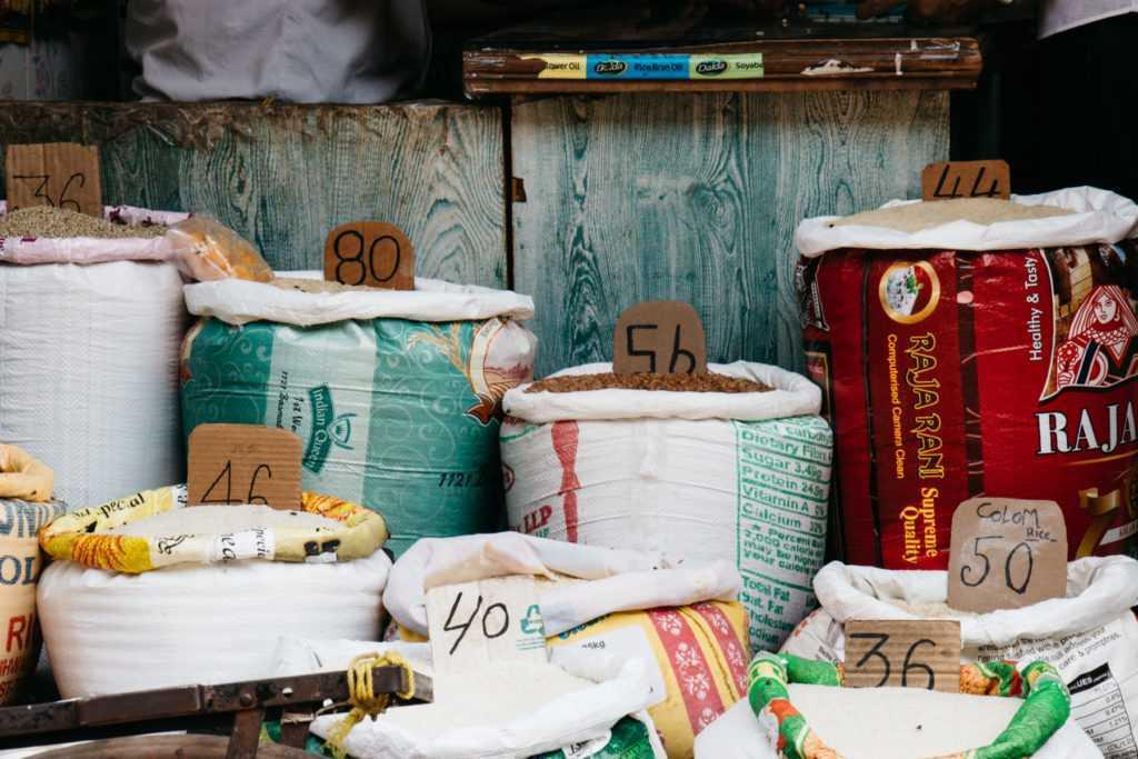 säcke mit lebensmitteln auf markt in bombay