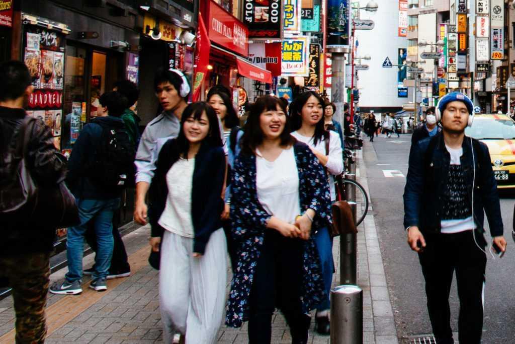 fröhliche junge Japanerinnen beim Shopping in Shibuya Tokio