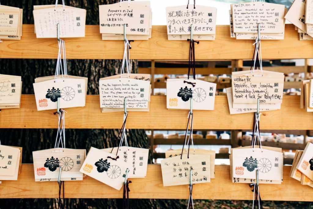 holztafeln im meiji schrein in tokyo japan