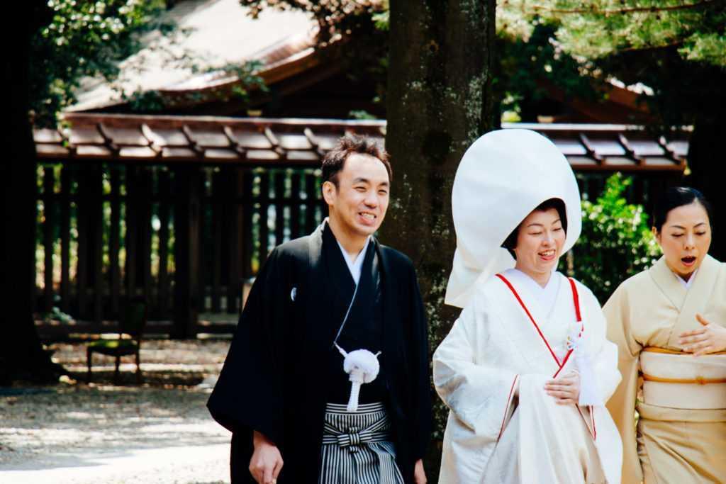japanisches hochzeitspaar im shinto schrein