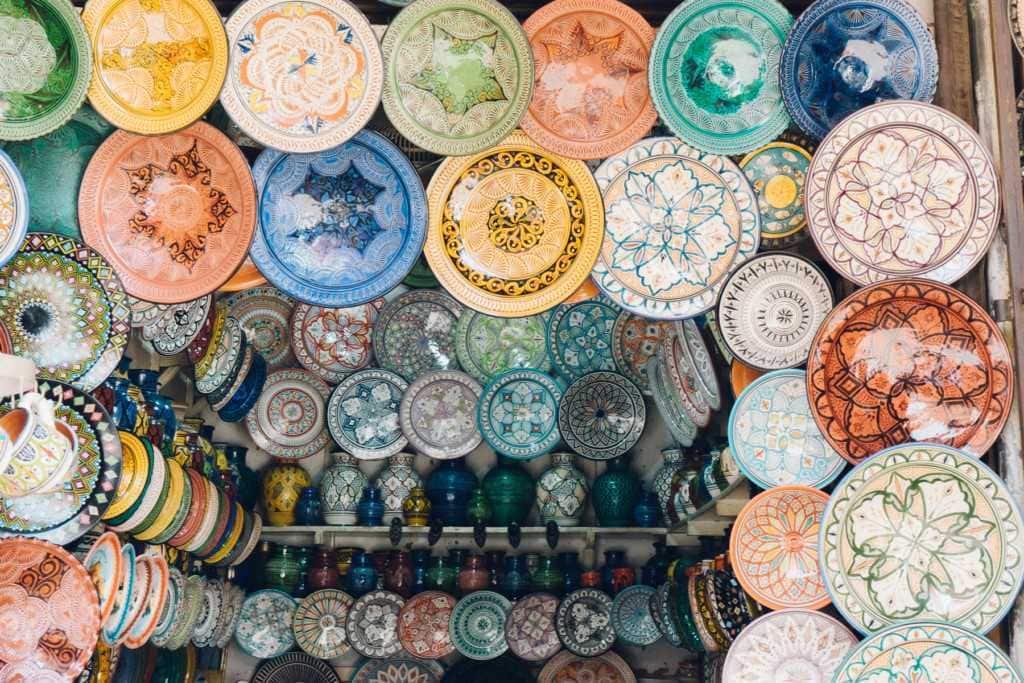 Bunte Teller in den Souks von Marrakesch