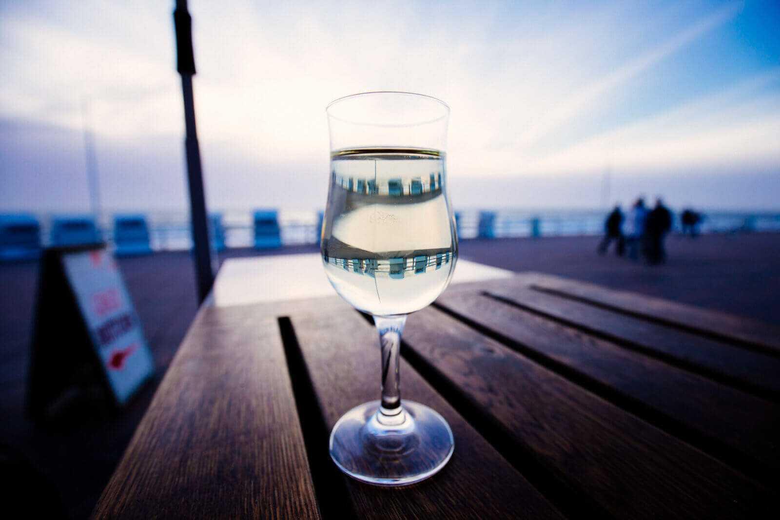 Sylt Sehenswürdigkeiten Westerland Promenade Glas Weißwein