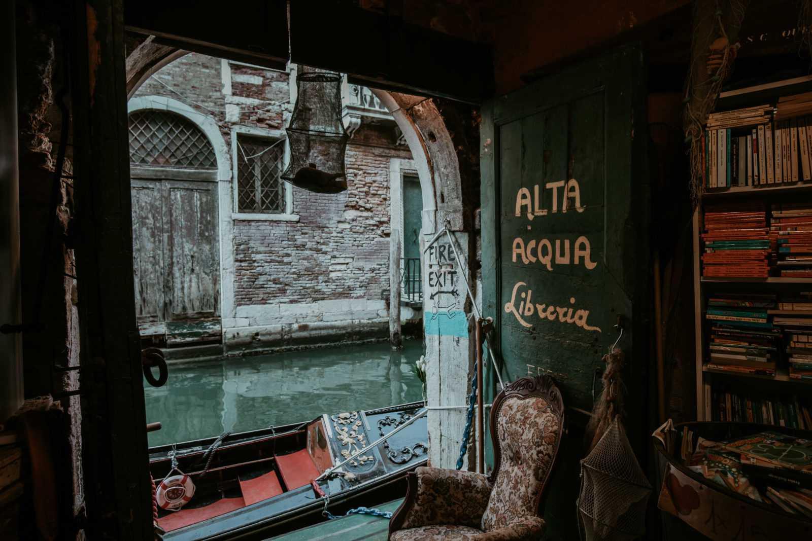 Libreria Acqua Alta Venedig Tür Aussicht auf Kanal
