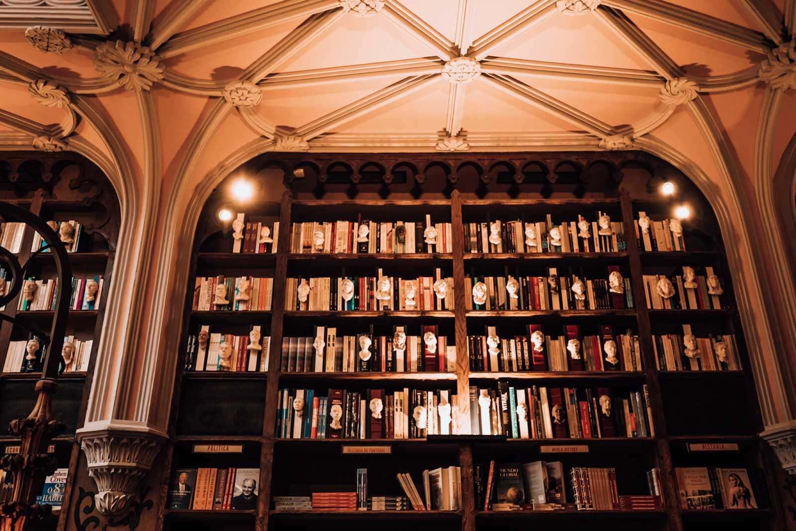 Bücherregal mit weißen Büsten von Schriftstellern in der Livraria Lello Porto Portugal