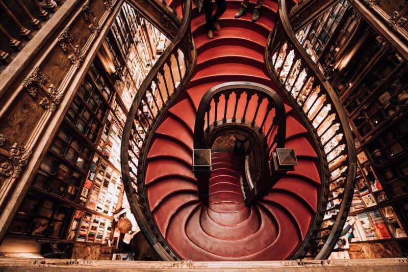Rote Treppe mit Holzvertäfelung