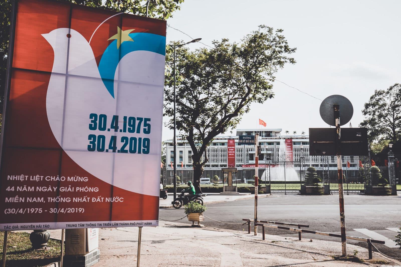 Propaganda Plakat Kriegsende vor Wiedervereinigungspalast, Saigon, Vietnam