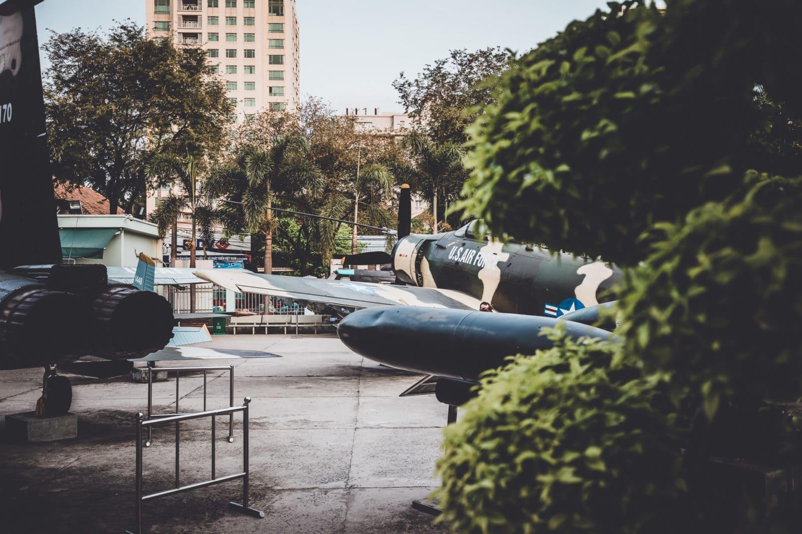 Kriegsflugzeuge im War Remnants Museum, Saigon