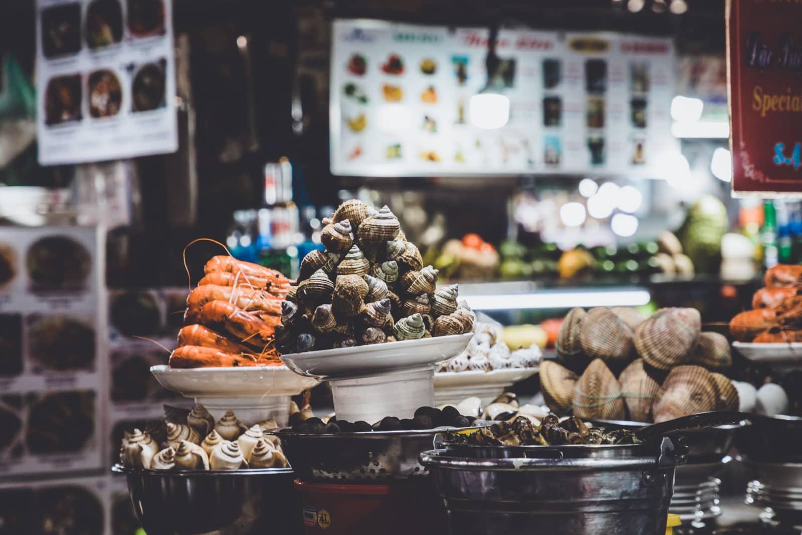 Schnecken, Langusten und Meeresfrüchte auf Markt