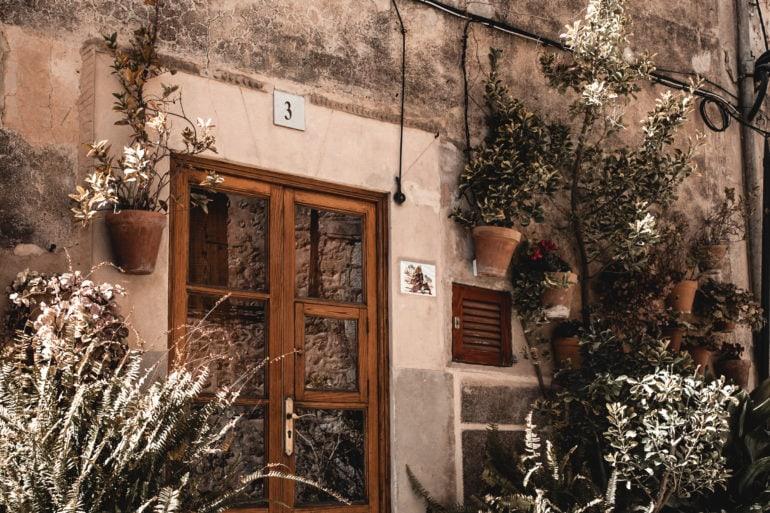 Valldemossa Mallorca Tür Blumen Blumentöpfe Dekoration