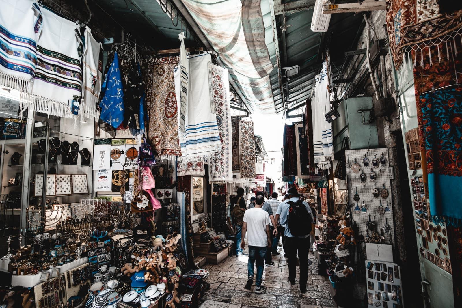 Altstadt Gasse in Jerusalem mit Läden rechts und links Markt Souk Sehenswürdigkeiten