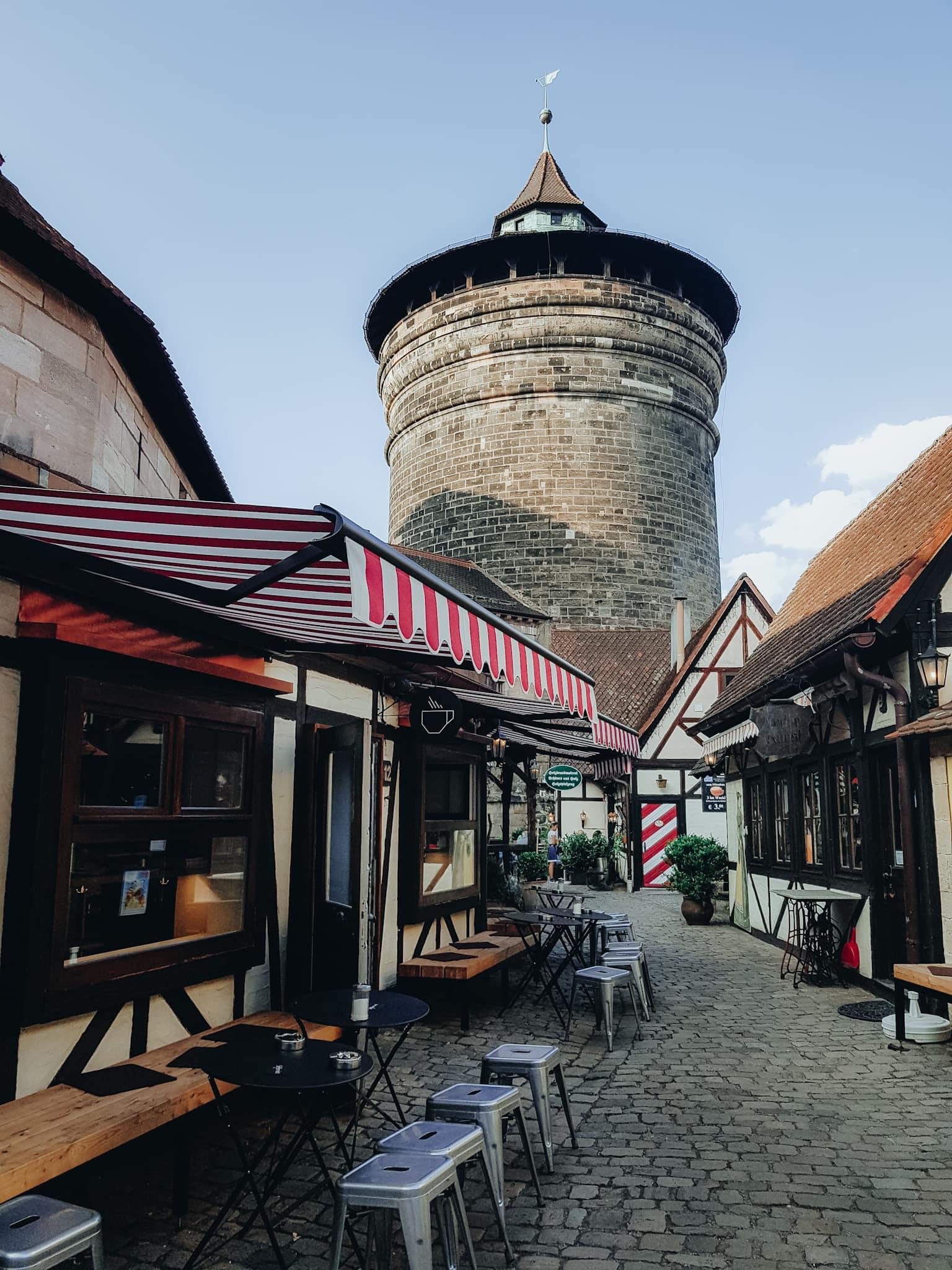 Nürnberg Sehenswürdigkeiten Handwerkerhof mit Turm und Café