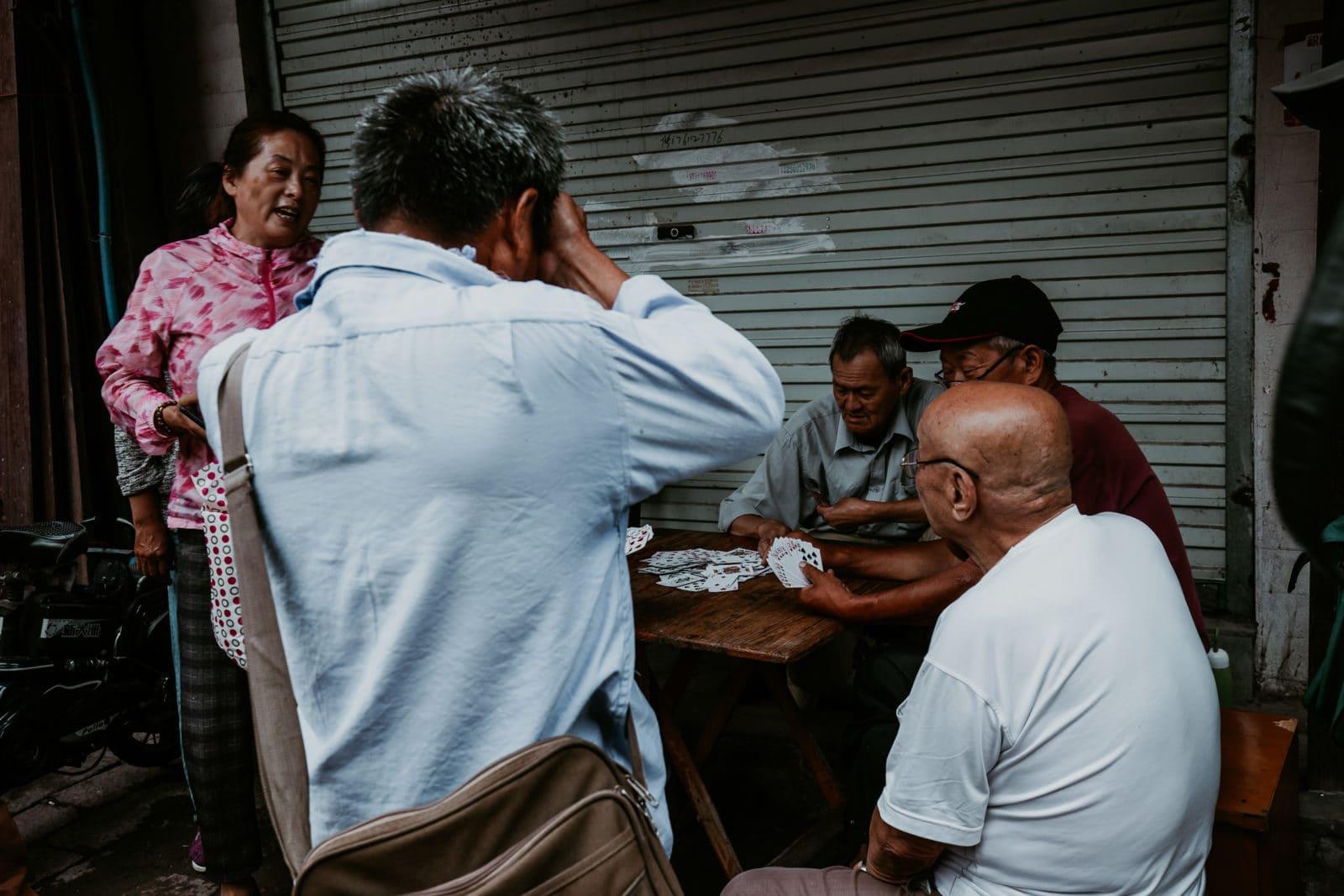 Suzhou Sehenswürdigkeiten Kartenspieler in der Shantang Street