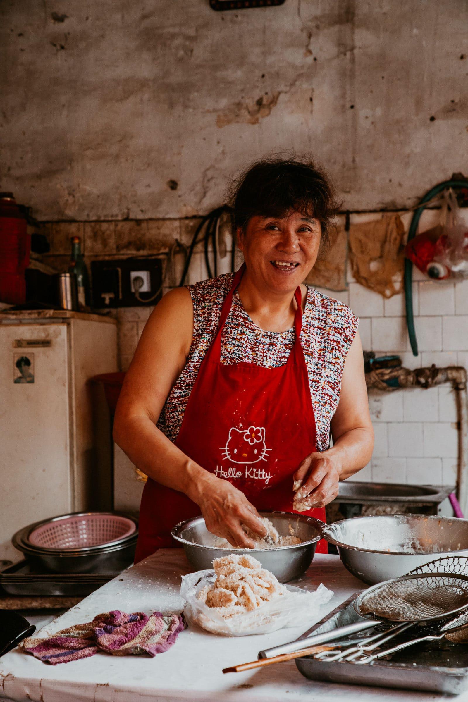 Suzhou Sehenswürdigkeiten Köchin in Garküche in der Shantang Street