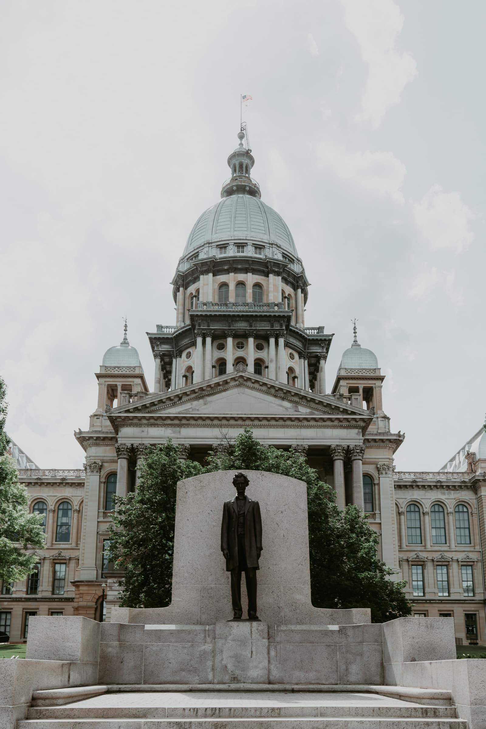 Springfield Illinois State Capitol mit Abraham Lincoln Statue