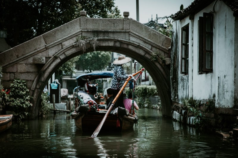 Zhouzhuang China Bootsfahrt auf Kanälen unter Brücken