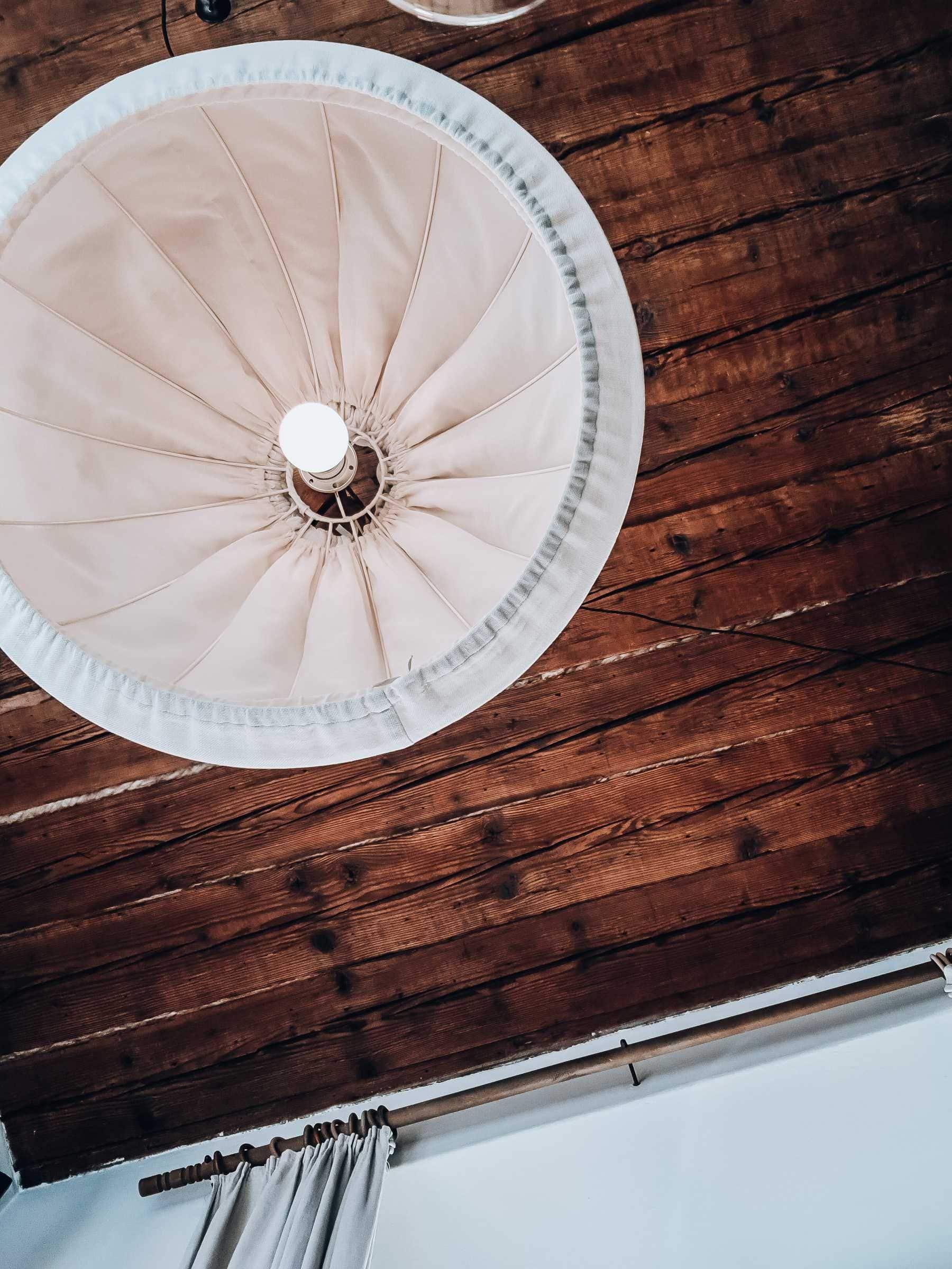 Holzdecke mit Lampe