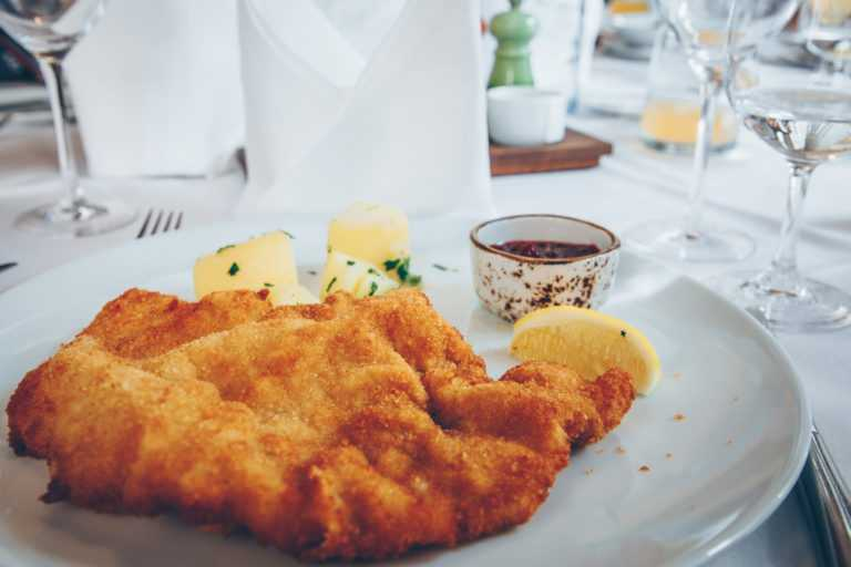 Wiener Schnitzel mit Kartoffeln Preiselbeeren und Zitrone