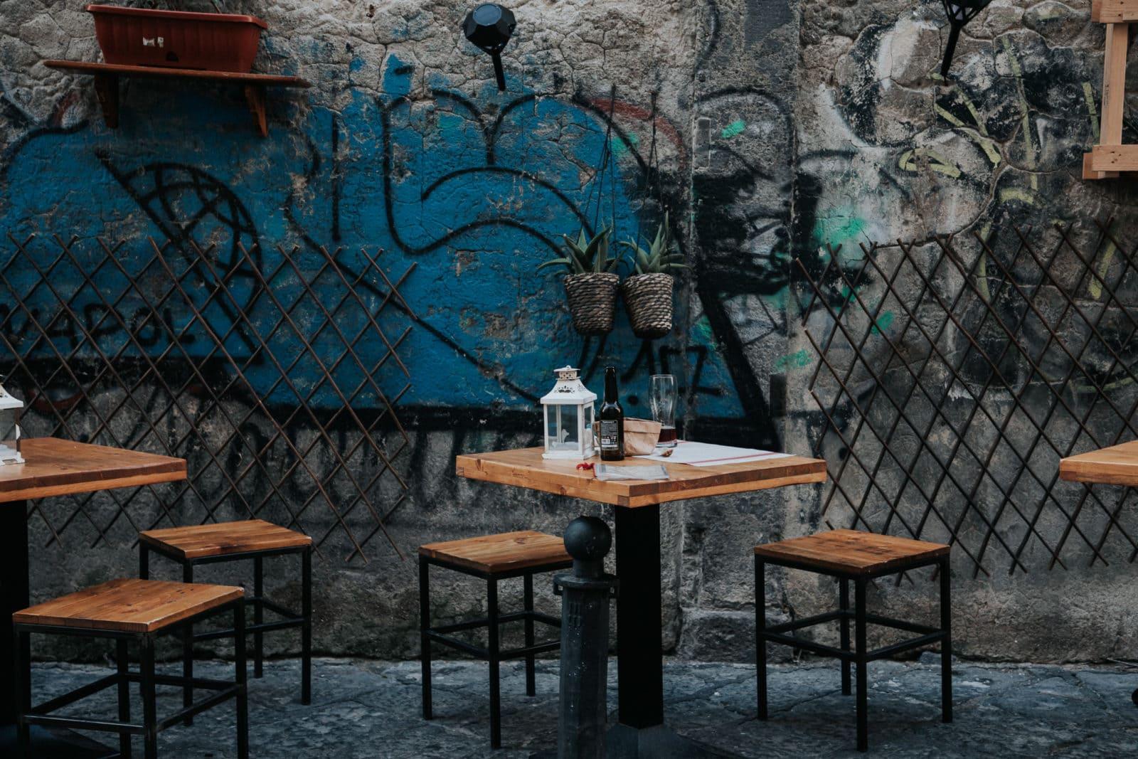 Neapel Sehenswürdigkeiten Altstadt Strassencafe