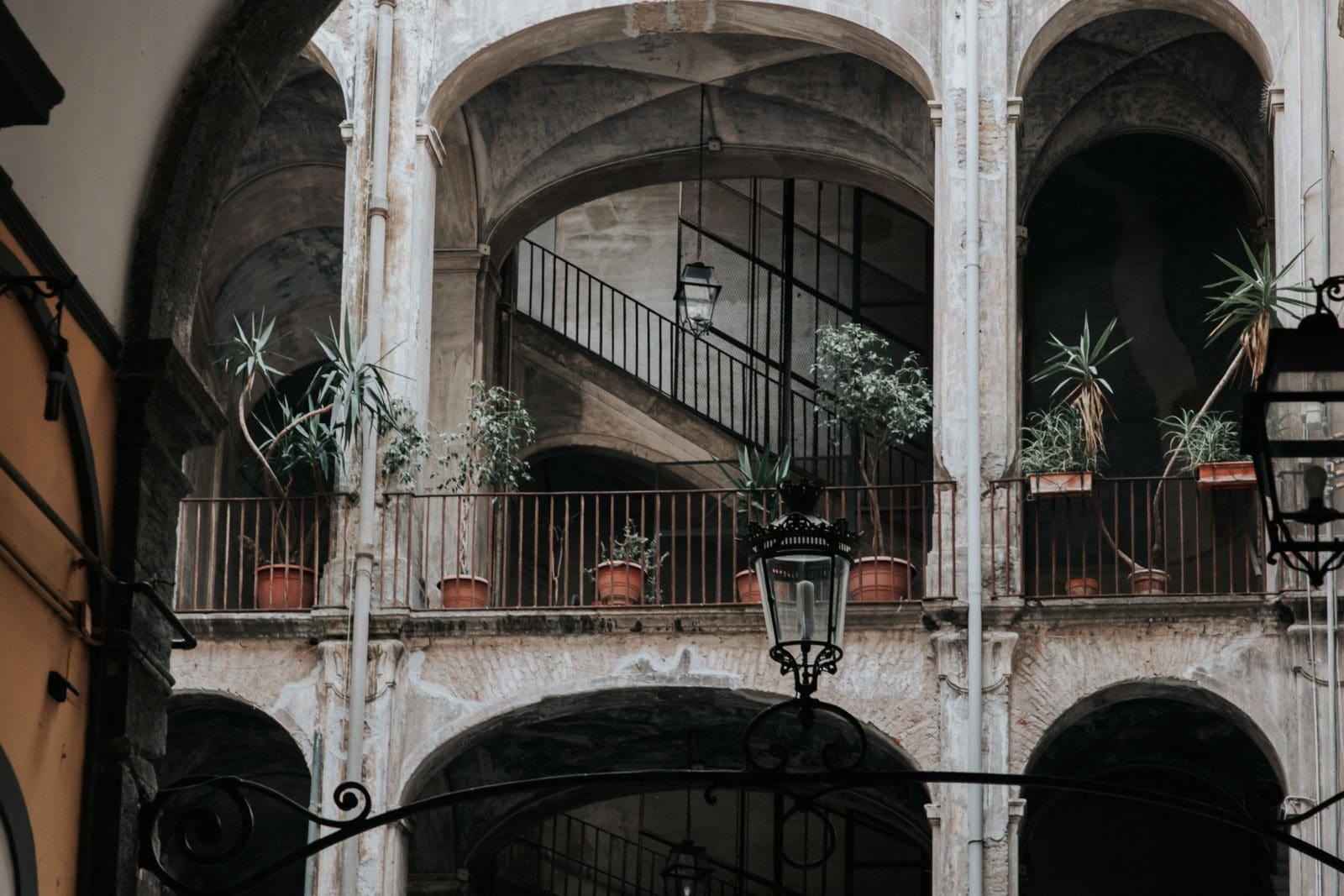 Neapel Sehenswürdigkeiten Hauseingang