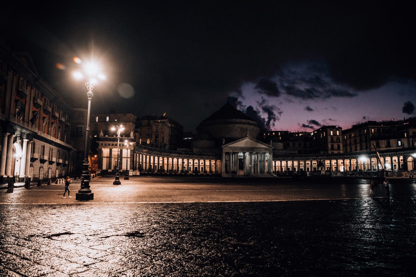 Neapel Sehenswürdigkeiten Piazza del Plebiscito bei Nacht