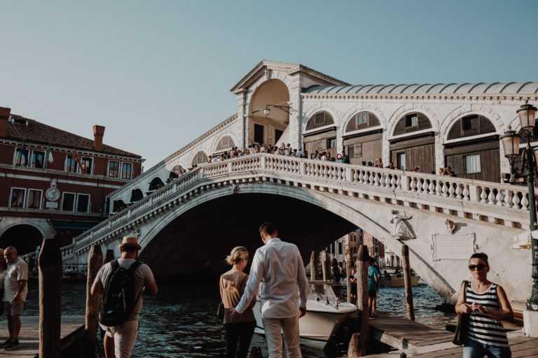 Touristen an der Rialtobrücke Venedig
