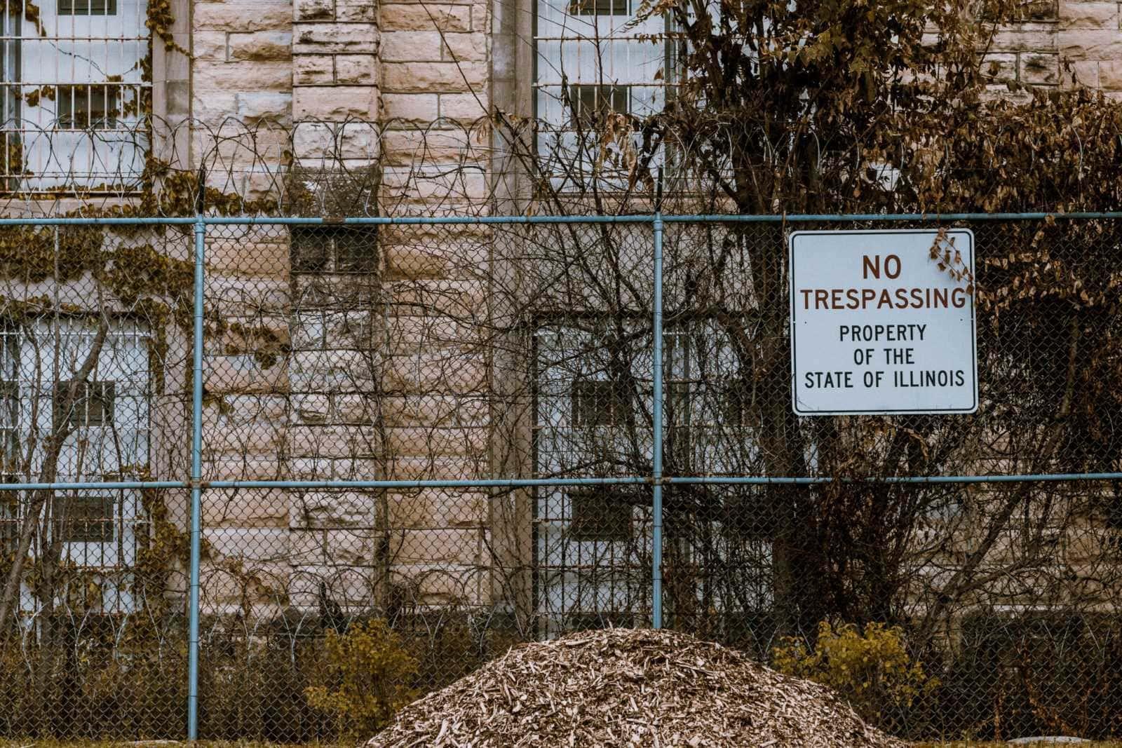 zaun um die old joliet prison illinois usa