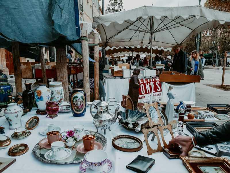 Aix en Provence Bilderrahmen und Geschirr auf Flohmarkt
