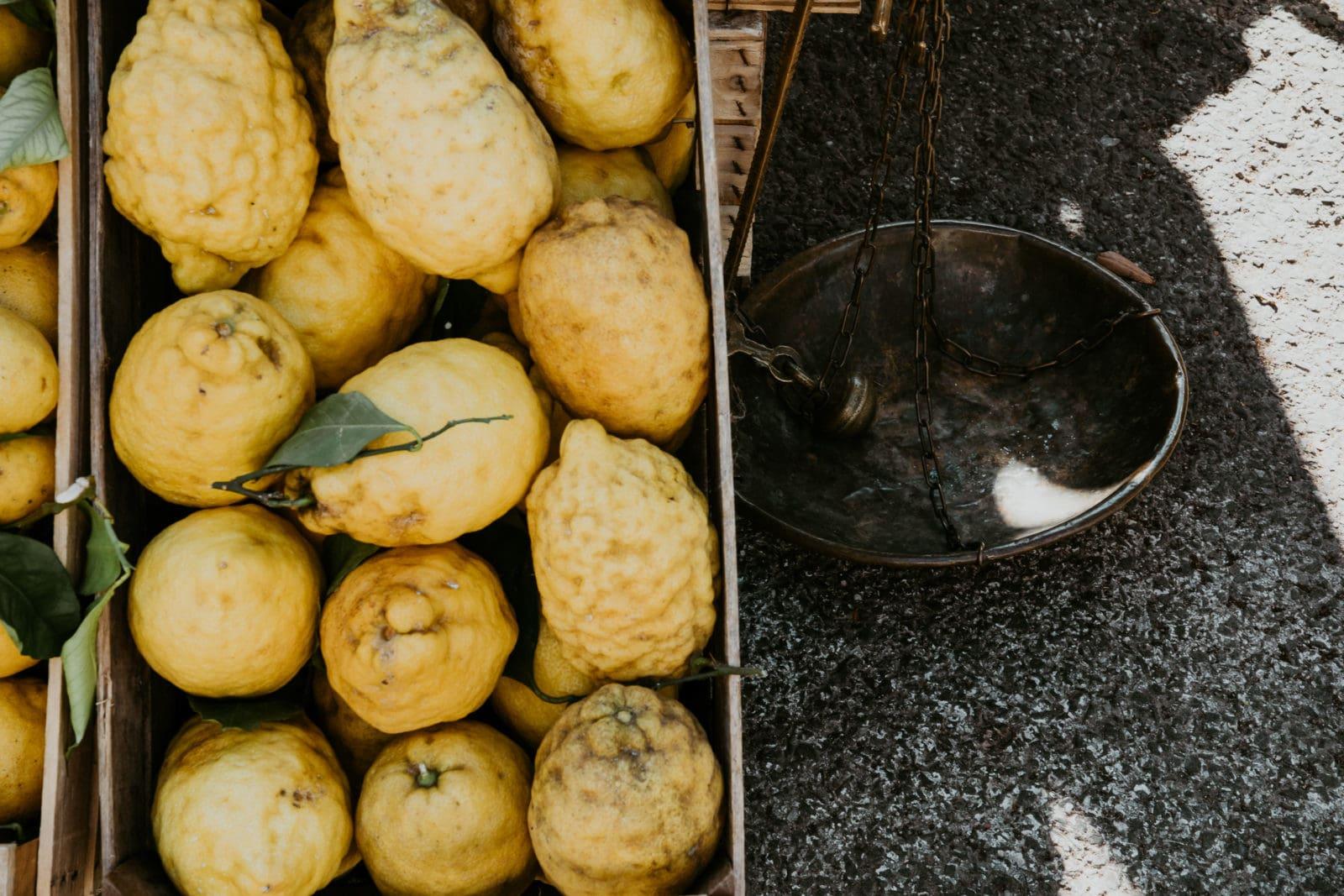 Zitronenkiste mit Waage