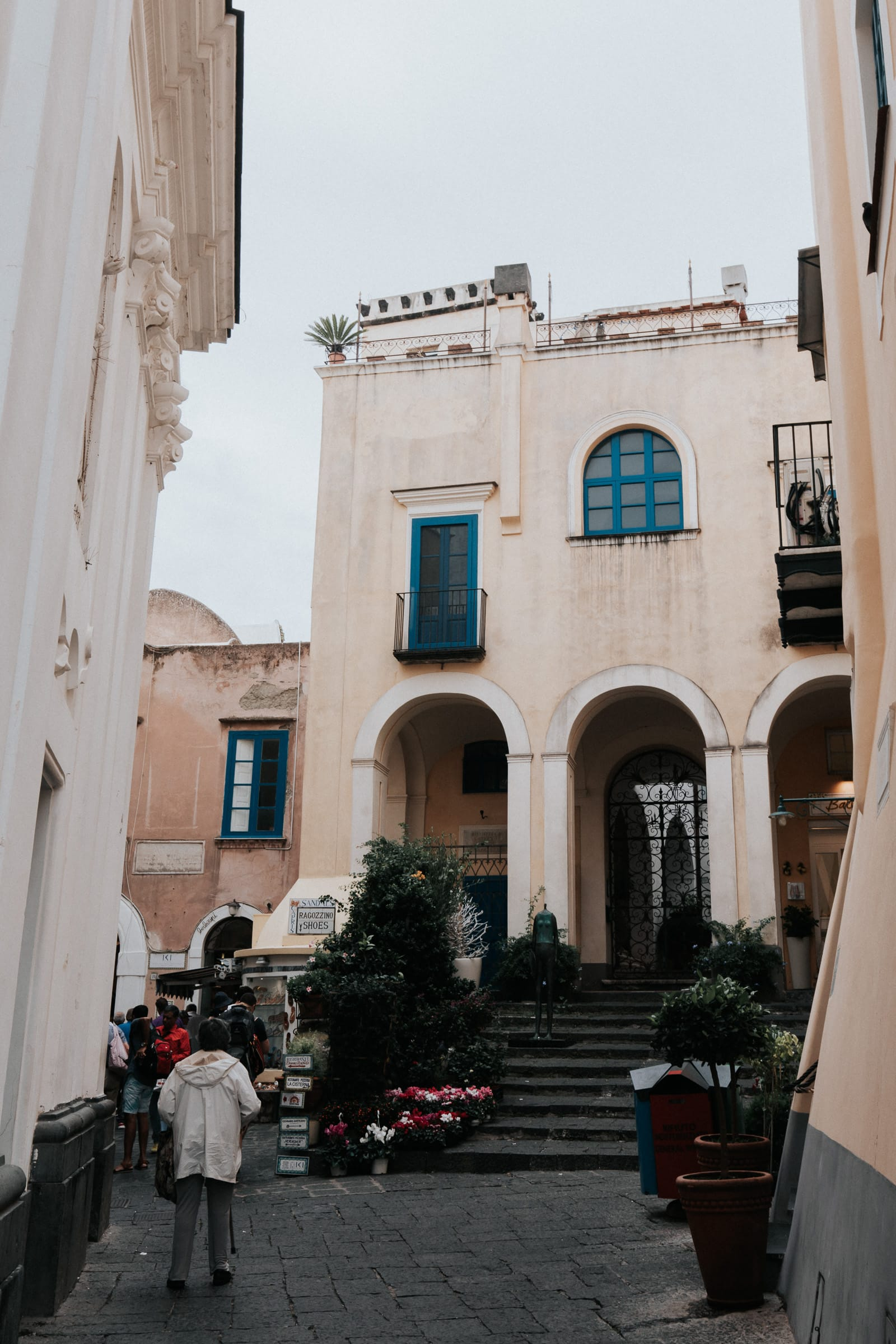 Weg an der Santo Stefano Kirche in Capri