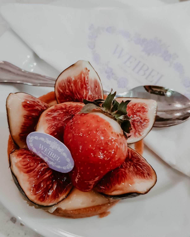 Törtchen mit Erdbeeren und Feigen