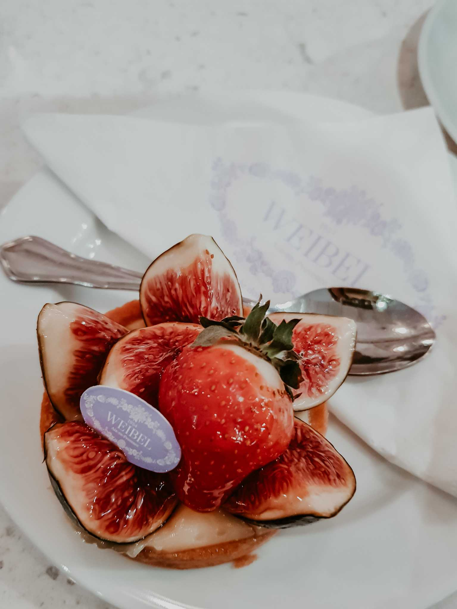 Aix en Provence Patisserie Weibel Törtchen mit Erdbeeren und Feigen