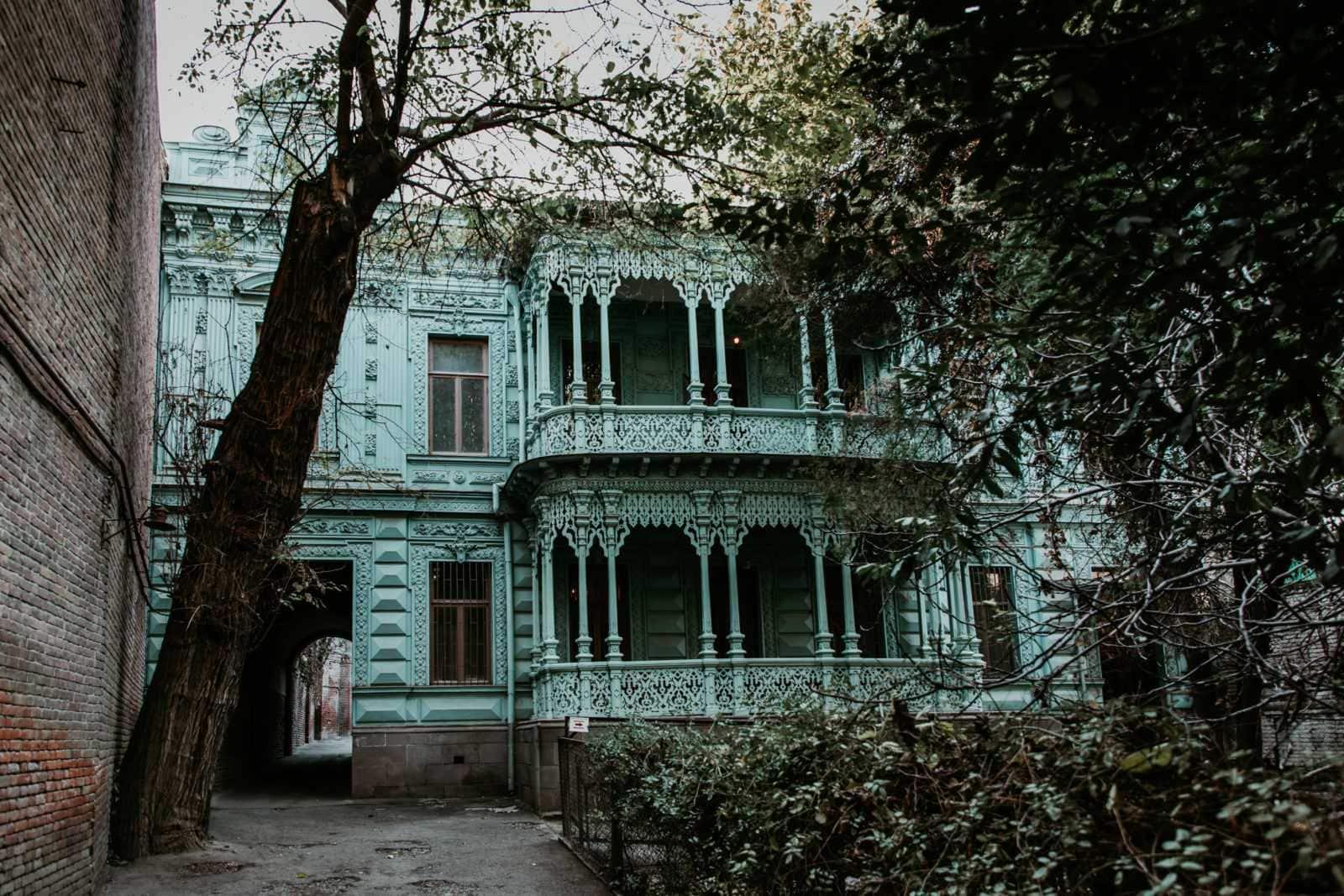 Tiflis Sehenswürdigkeiten türkise Balkone in der Altstadt