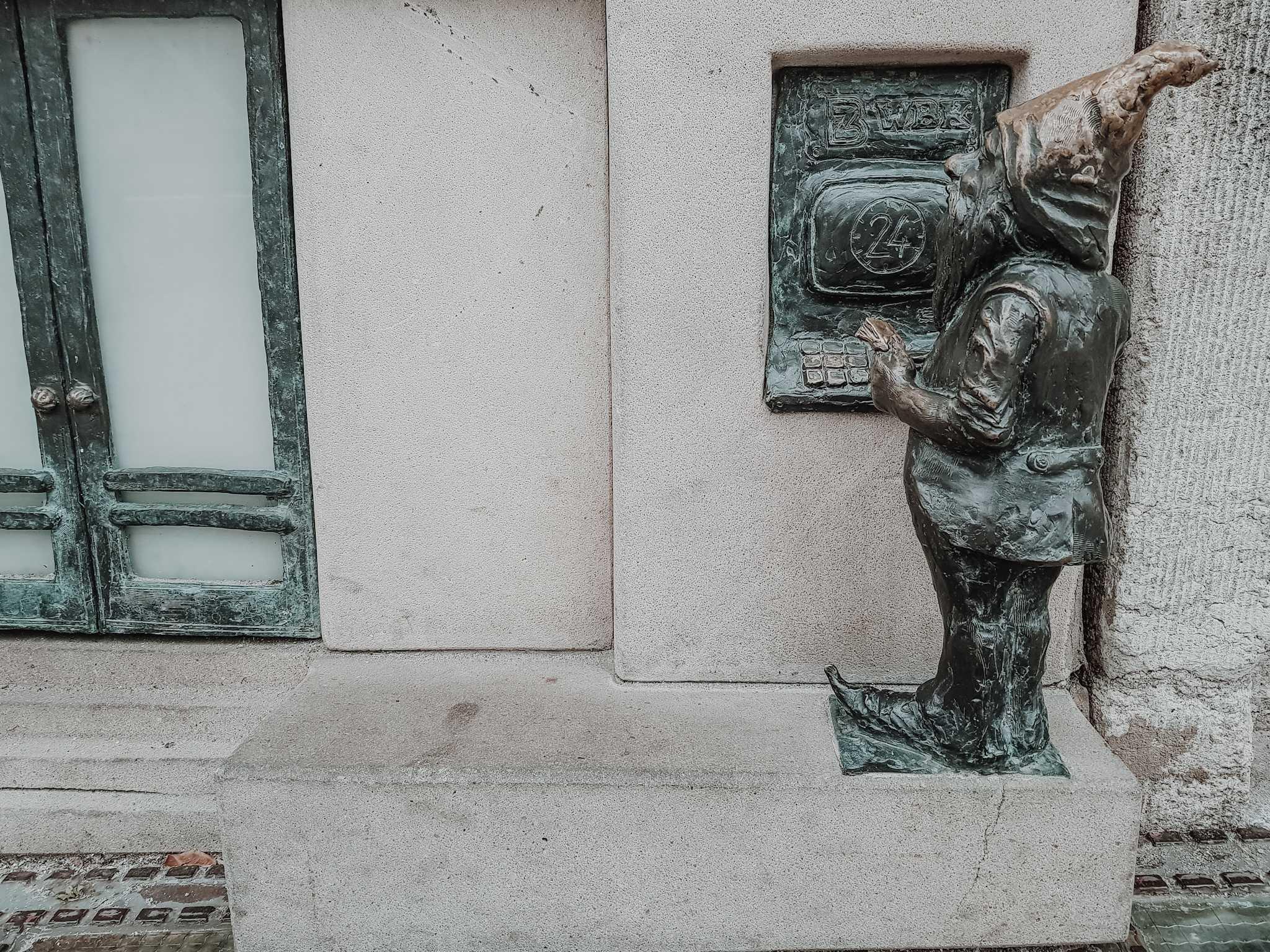 Breslau Sehenswürdigkeiten Zwerg an Geldautomat Bank in Breslau