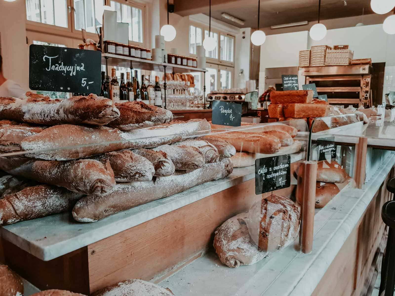 Frisches Brot auf Tresen im Charlotte Café Breslau