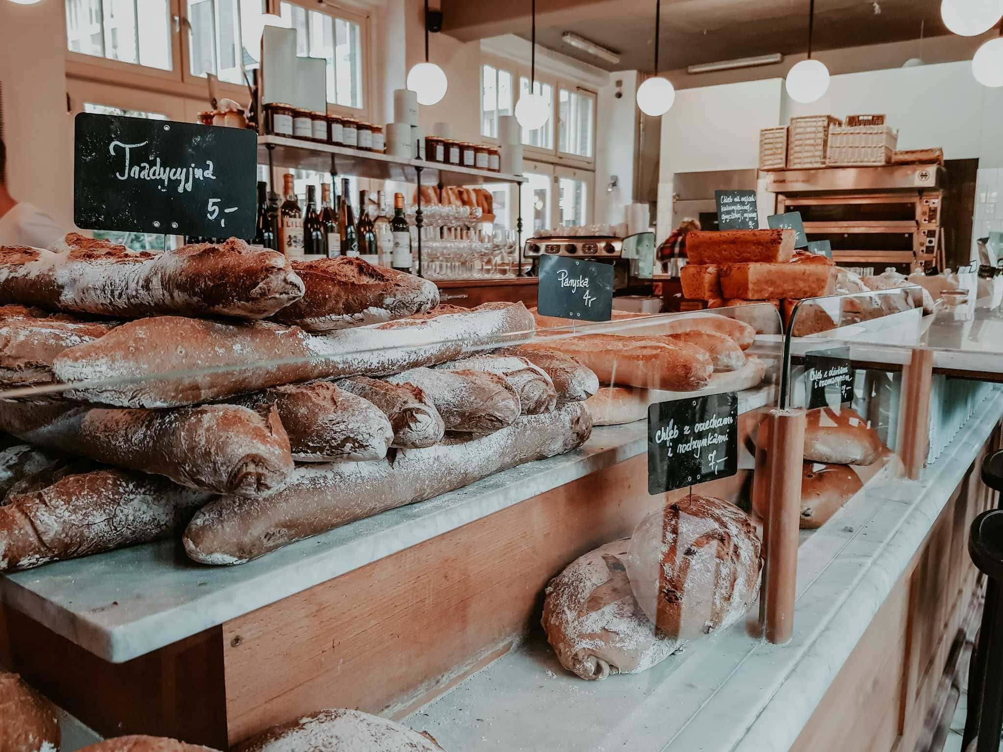 Breslau Sehenswürdigkeiten Frisches Brot auf Tresen im Charlotte Café Breslau