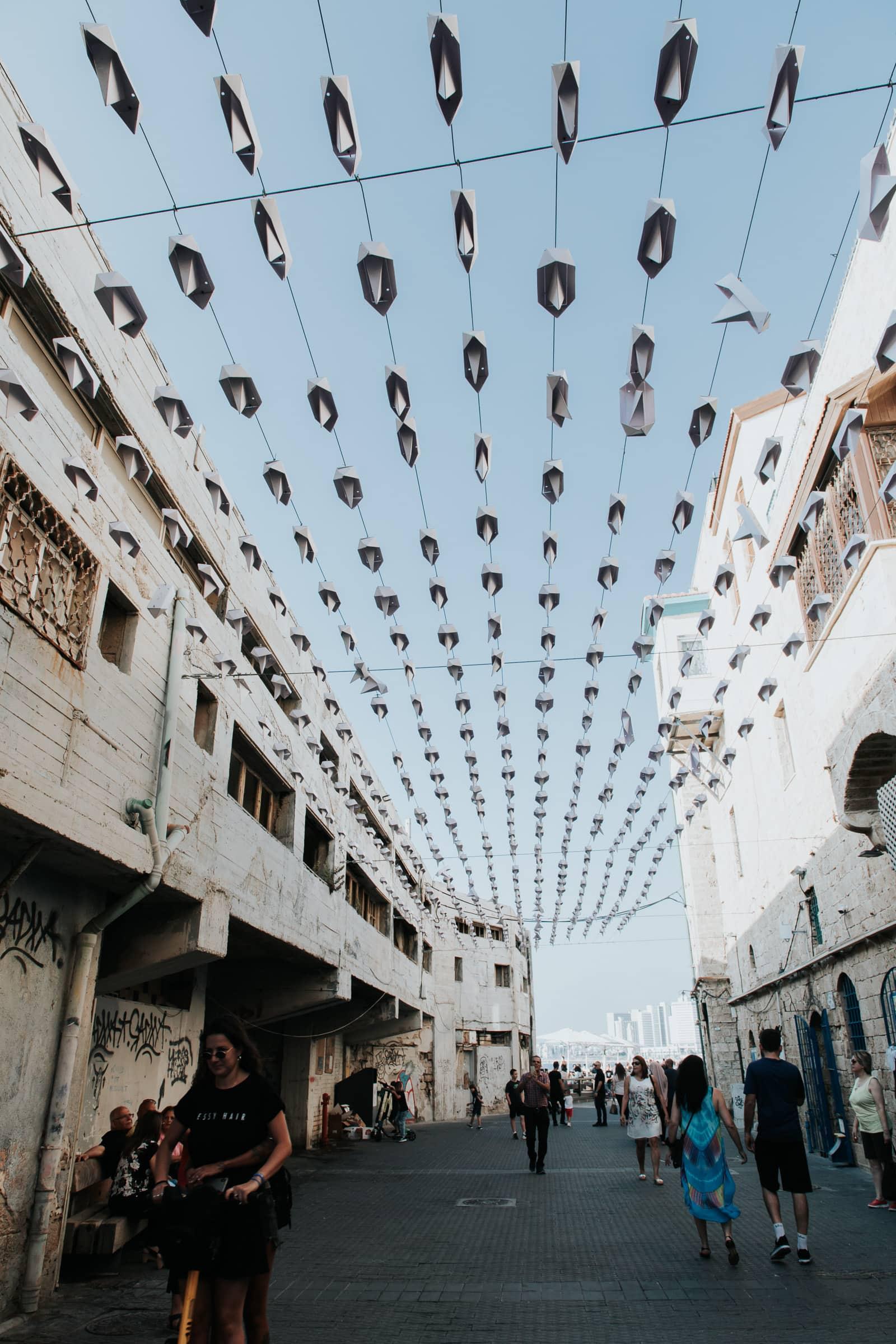 Tel Aviv Sehenswürdigkeiten Schiffe Papierboote Kunst Installation Skulptur Jaffa Hafen