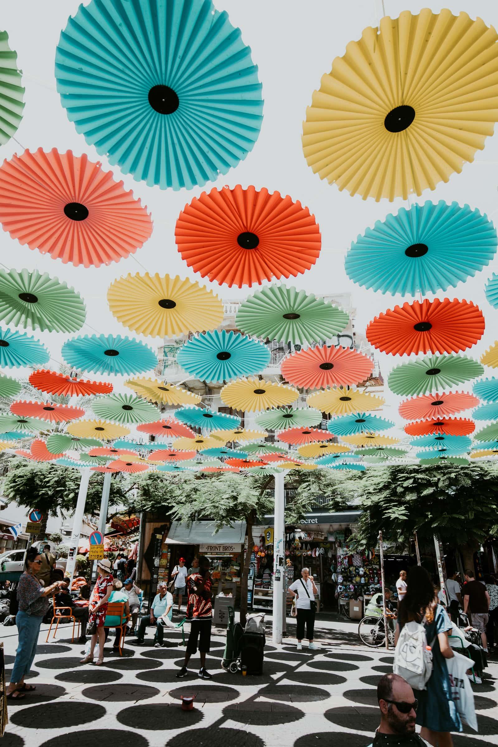 Tel Aviv Sehenswürdigkeiten Carmel Markt Eingang mit bunten Schirmen