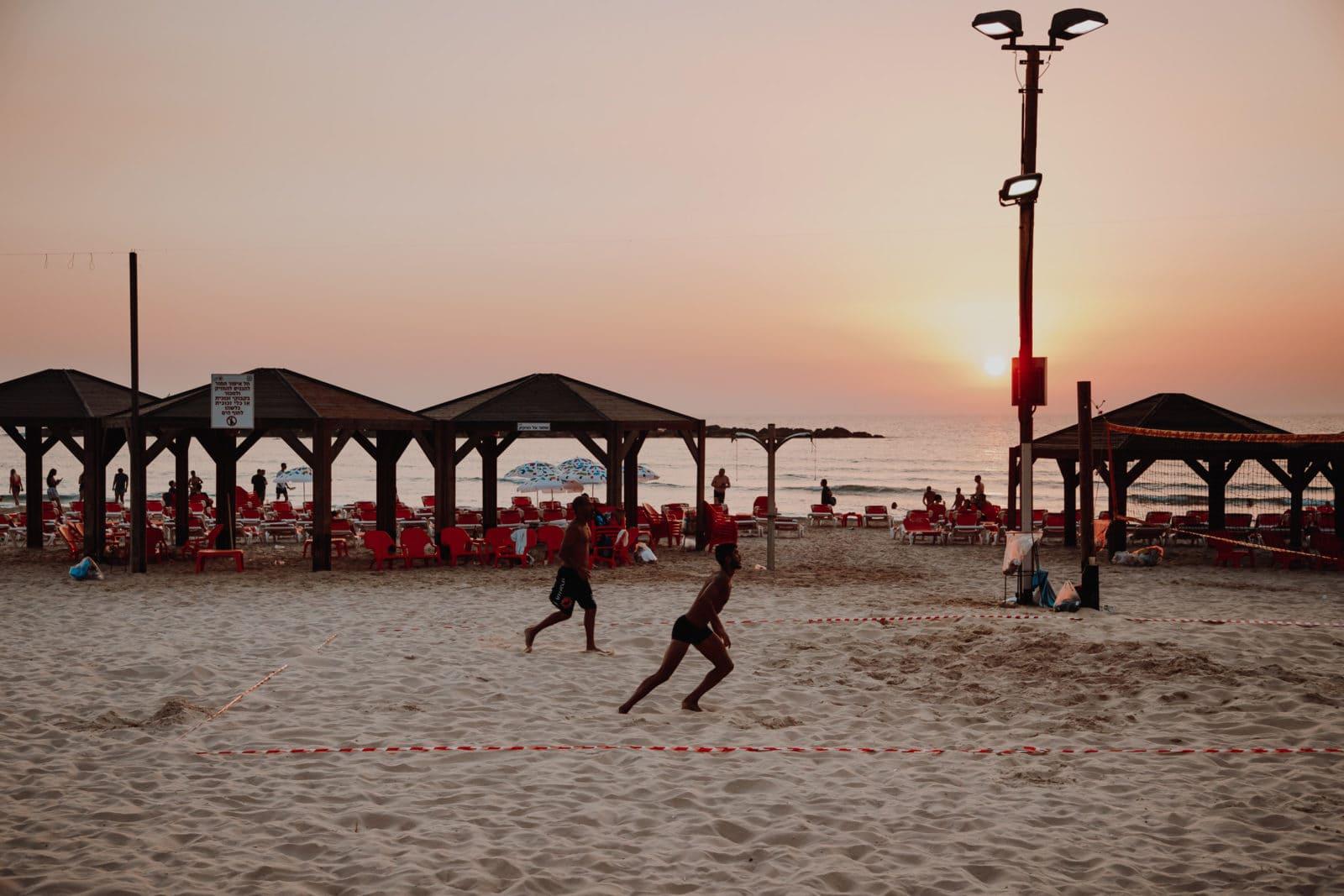 Tel Aviv Strand Frishman Beach Volleyball bei Sonnenuntergang