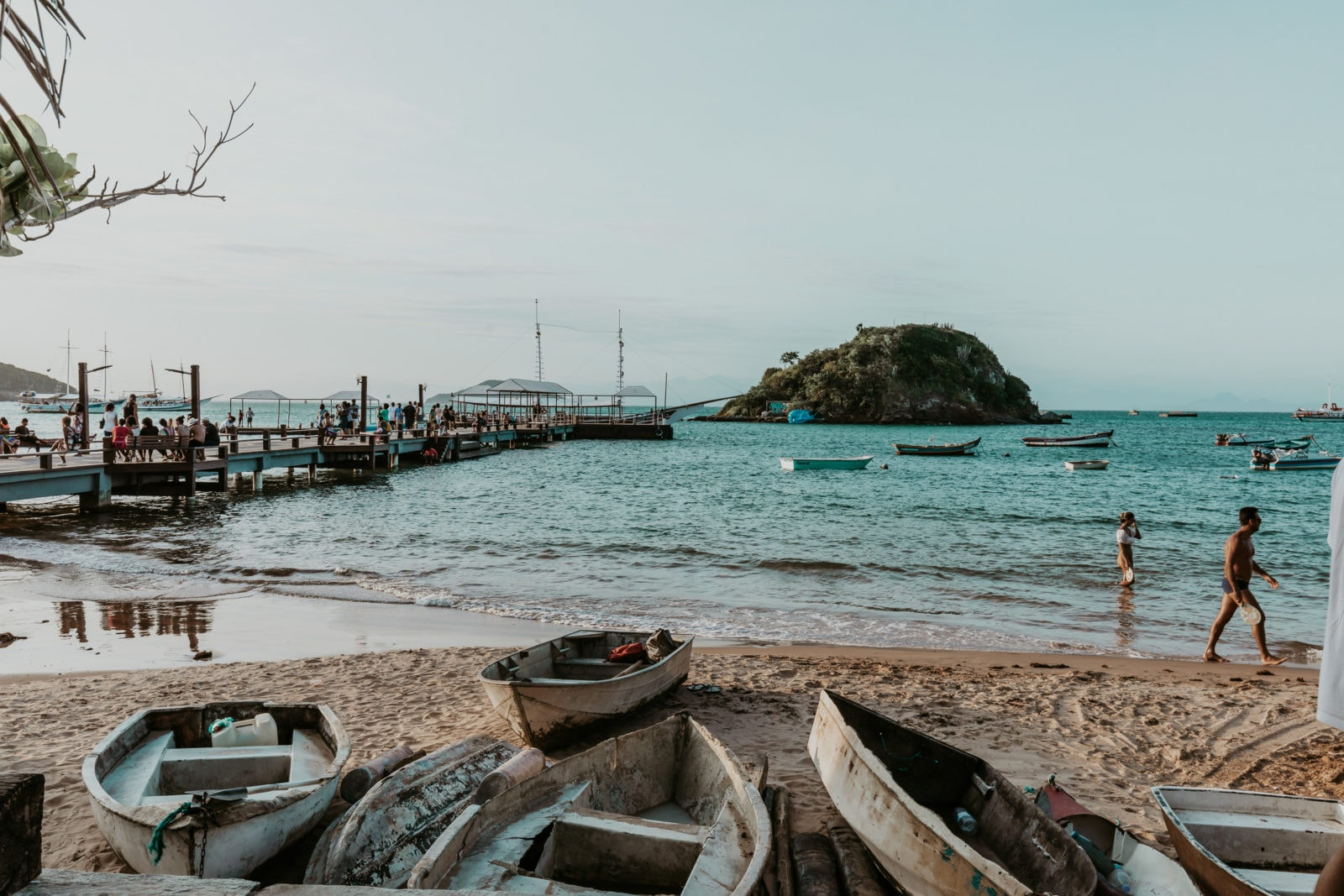 Buzios Fischerboote an der Promenade von Armação dos Buzíos in Brasilien