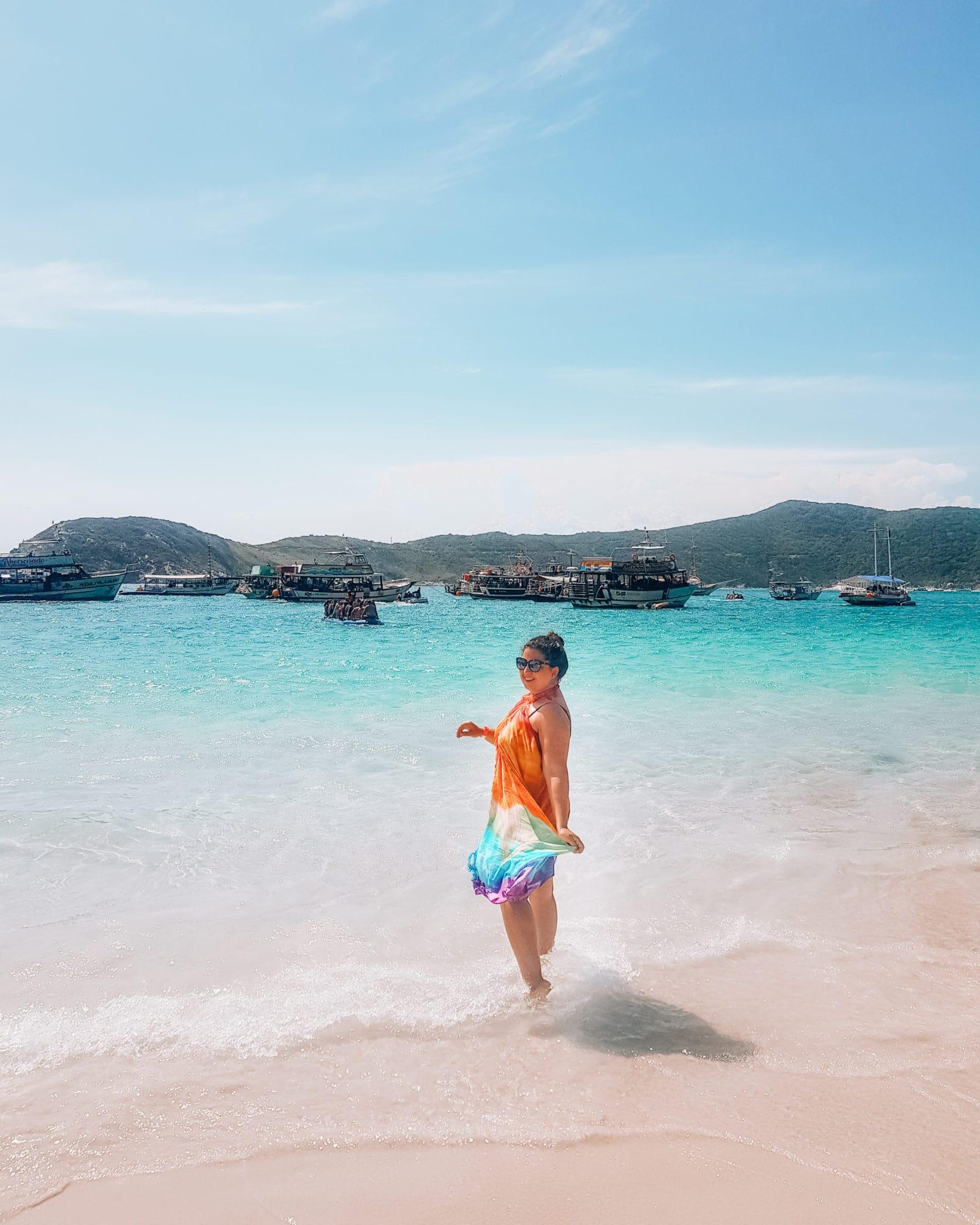 Alleinreisende Frau in Brasilien am Strand