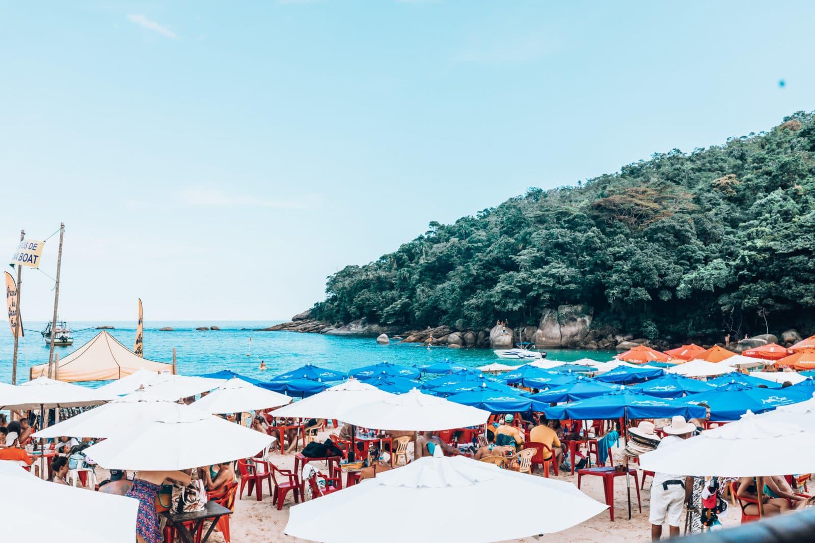 Praia dos Ranchos Strand mit Schirmen in Trindade