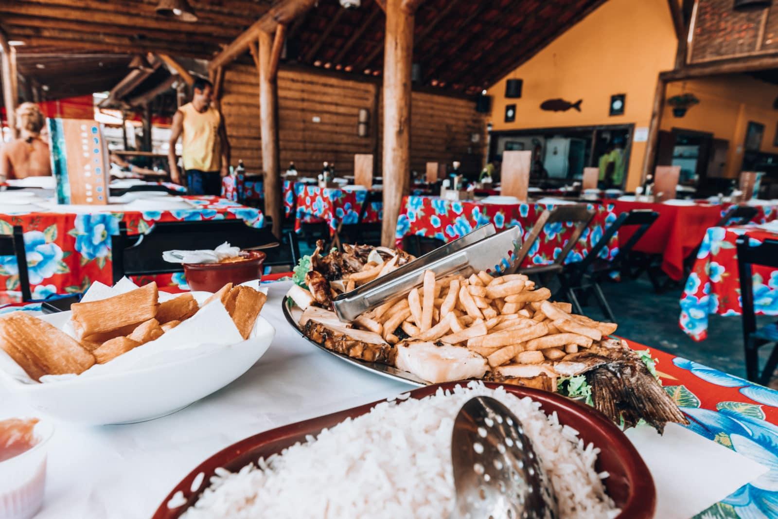 Frischer Fisch mit Reis, frittiertem Maniok und Pommes frites in Restaurant