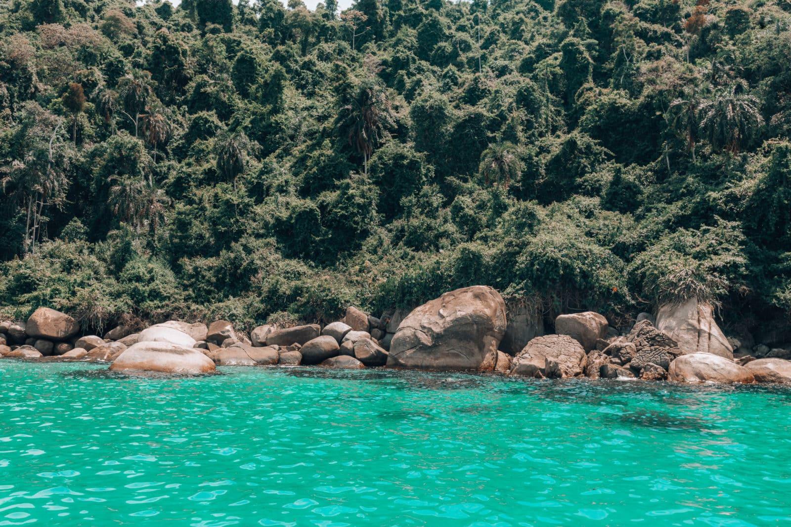 Insel mit Steinen am Strand