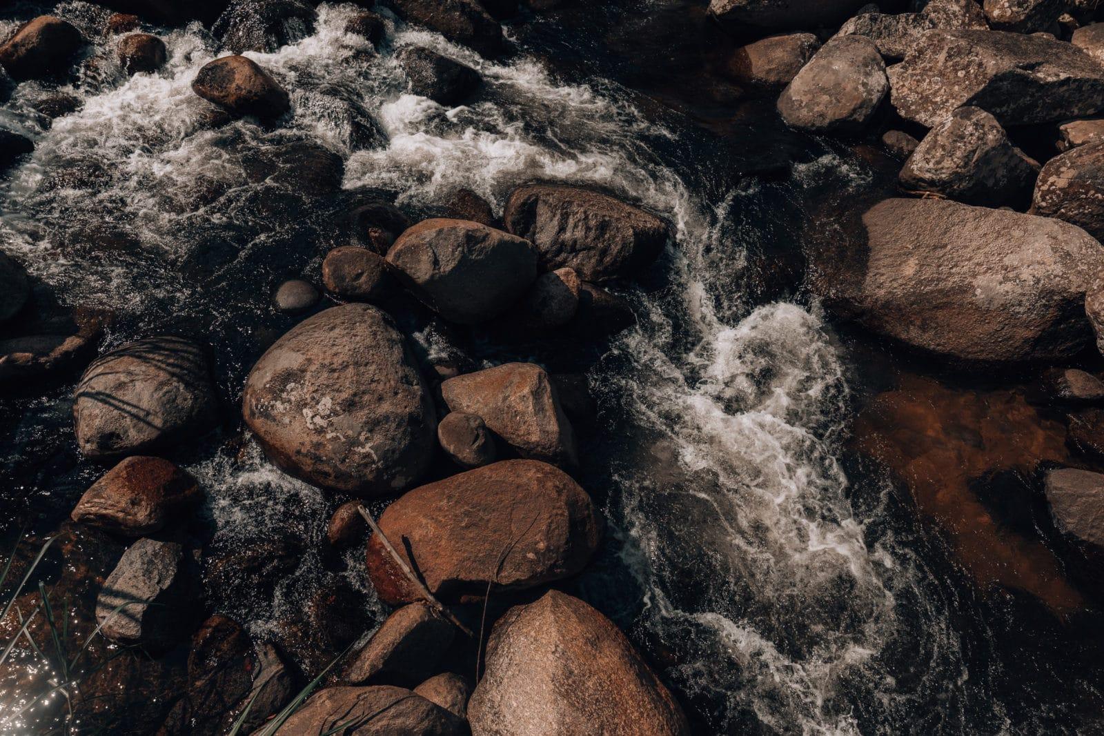 Fließendes Wasser im Bach