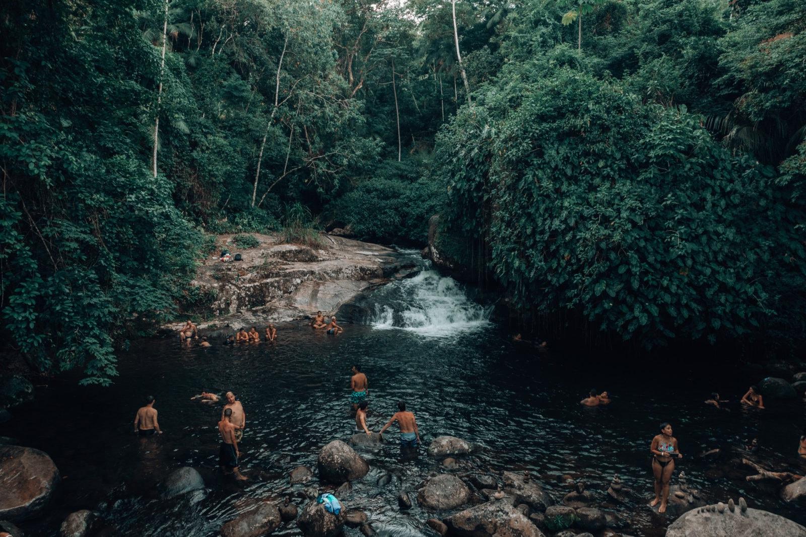 Badende an Wasserfall im Dschungel bei Paraty
